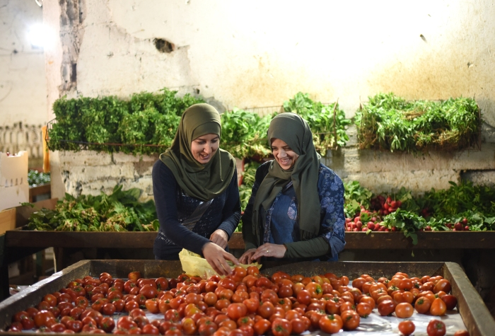 SOUFRAFilm_Manal Hassan and Maha Hajjaj_VegetableShopping (1)